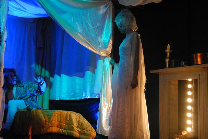 Een van de geesten die 's nachts bij Scrooge op bezoek komt is de Geest van het Verleden, gespeeld door Evie McEwan.