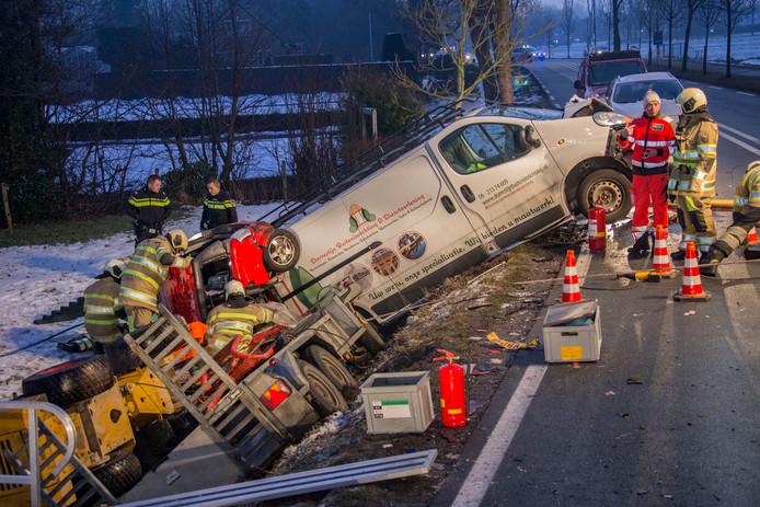 Op de Straatweg in Breukelen is vanmorgen de bestuurder van een 45-kilometerauto verongelukt.