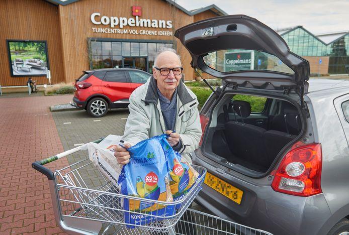 Gerrit Vullings heeft toch maar even twee grote zakken vogelvoer gehaald bij tuincentrum Coppelmans in Oss