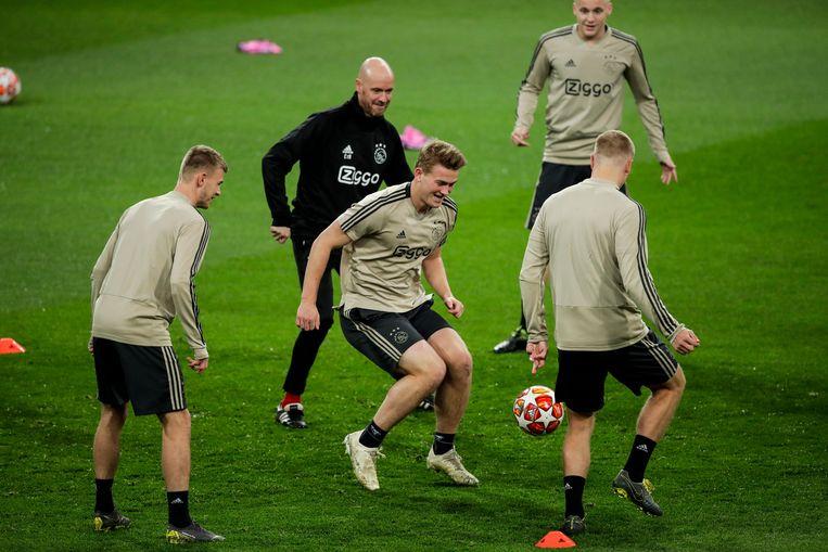 Coach Erik ten Hag speelt mee tijdens een training van Ajax. Beeld BSR Agency