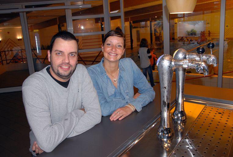 Broer en zus Alan en Sandie Duwé in de cafetaria van het zwembad.