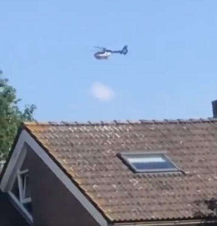 Een politiehelikopter zoekt naar de 25-jarige man uit Ermelo. Videostill uit tweet chriskok020.