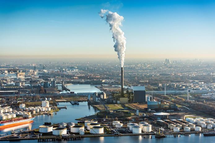 Rokende schoorsteen van de Hemwegcentrale in Amsterdam.