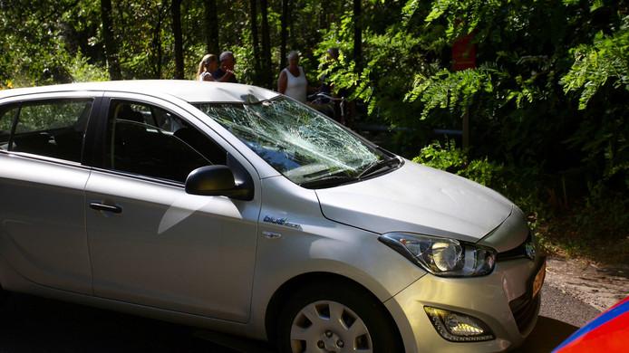 In Dorst werd een fietser geschept door deze auto. Het slachtoffer kwam terecht op de voorruit en viel vervolgens op de grond.