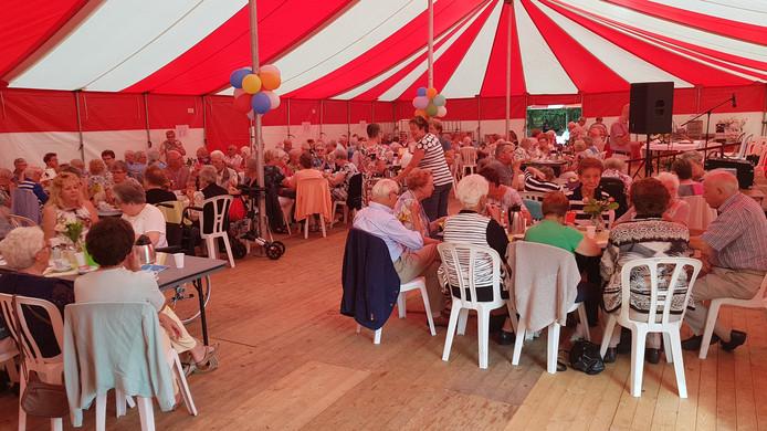 150 ouderen en 50 vrijwilligers in de tent voor de zesde Seniorendag in Nuland