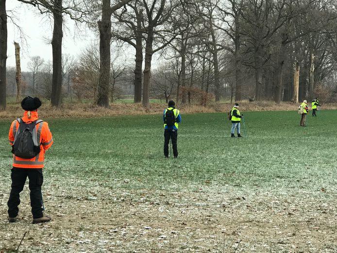 Het gebied wordt uigekamd door vrijwilligers van het Veteranen Search Team