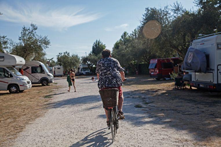 Il Guadetto, een parkeerplaats aan het meer van Bolsena waar in totaal zestig campers kunnen staan. De plekken waren in de jaren hiervoor vrijwel allemaal bezet door buitenlanders, nu zijn het Italianen die hun camper op de parkeerplaats hebben gezet. Beeld Francesca Leonardi