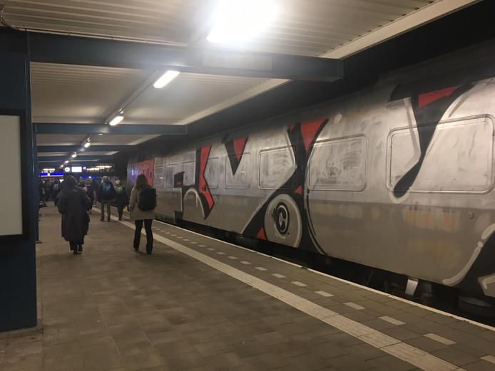 Huh? Een compleet overgespoten trein in Enschede