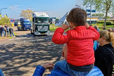 Toeteren en zwaaien bij 30ste editie Bavels Truck Convooi