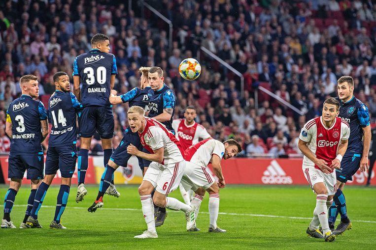 Hakim Ziyech, toenmalig Ajaxied, neemt een vrije trap tegen Vitesse in het seizoen 2018/2019.  De drie Ajacieden in het midden (vlnr Van de Beek, Ziyech en Veltman) hebben de club inmiddels verlaten. Beeld Guus Dubbelman / de Volkskrant