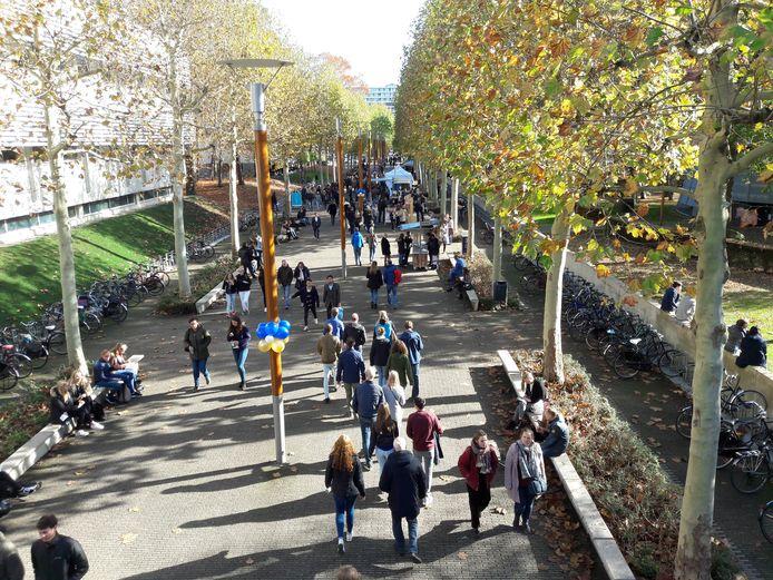Drukte op de campus van Tilburg University.