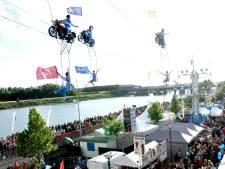 Motoren rijden op Koningsdag in Wapenveld op veertig meter hoogte over de hoofden van het publiek