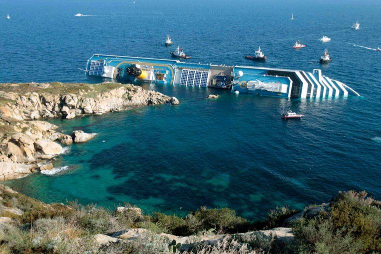 Het cruiseschip Costa Concordia na de ramp. Beeld ap