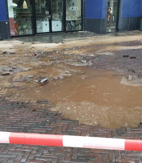 Groot waterlek in Enschede: omliggende winkels staan onder water
