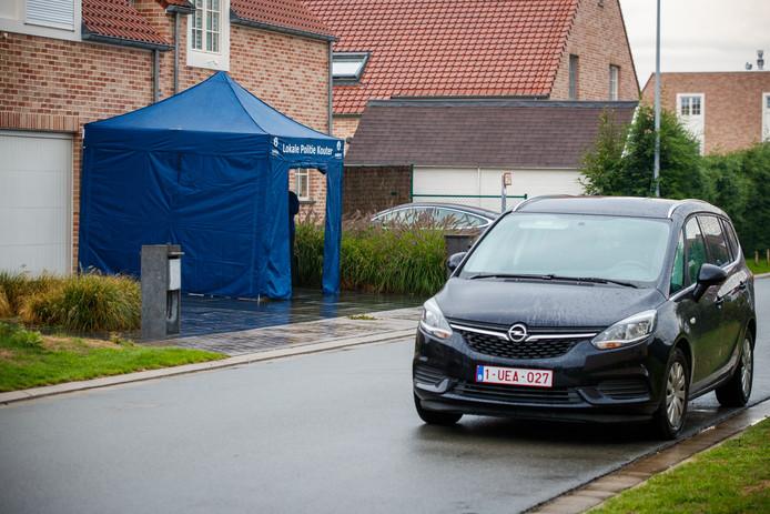 De politie doet onderzoek bij de woning van de vrouw in het Belgische Varsenare.