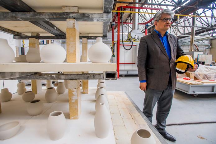 Ranti Tjan in zijn Europees Keramisch Werk Centrum, dat gevestigd is op het KVL-terrein.