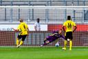 Justin Bijlow kiest de goede hoek bij de strafschop van Erling Haland.