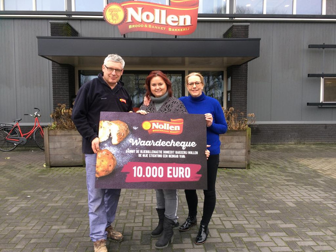 Vincent Nollen (eigenaar Bakkerij Nollen) en Marieke Mijnen (algemeen manager) overhandigen de cheque van €10.000 aan Debby Nijenhuis, oprichtster van De Nije Stichting.