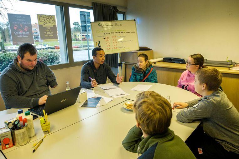 Joris en Steven (links) brainstormen met Shana, Femke, Quinten en Noah over hoe het 'jeugdhuis' eruit moet zien.