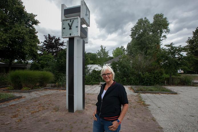 Gids Herma Godschalk van de Stichting Rietveld & Ruys in Bergeijk bij de Rietveldklok.
