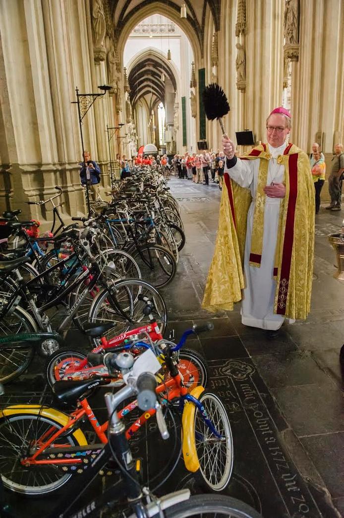 In juni van dit jaar zegende bisschop De Korte in de Sint-Jan fietsen voor vluchtelingen.