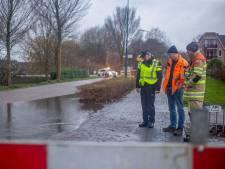 60 woningen zonder water: Burgemeester Padmosweg Wilnis dicht door leiding breuk