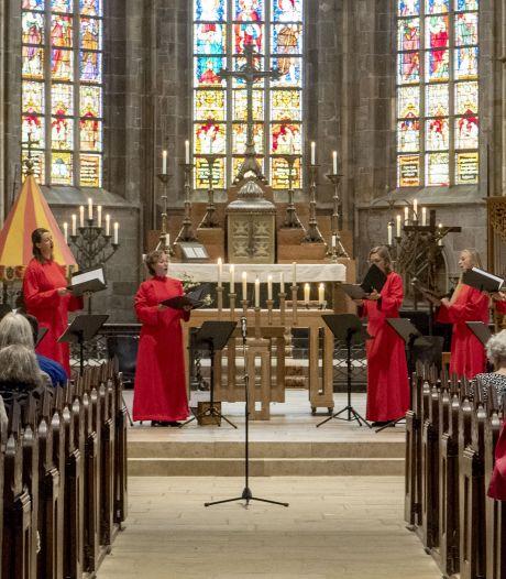 Meezingconcert in Oldenzaalse basiliek, maar in de kerkbanken blijft het stil