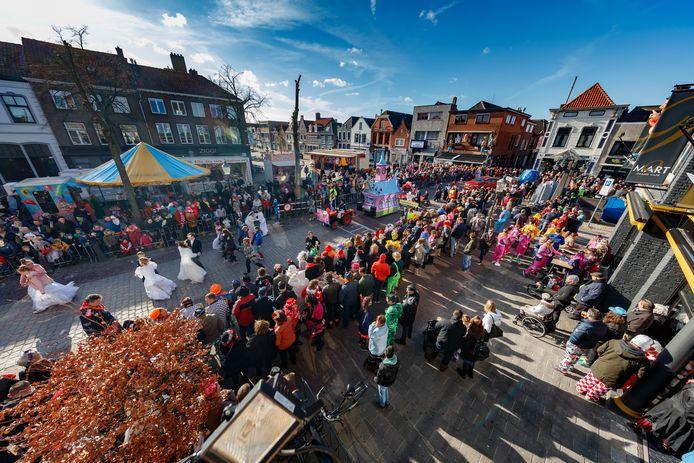 Zevenbergen - 5-3-2019 - Foto: Pix4Profs/Marcel Otterspeer - De grote optocht van ut Zeuvebultelaand, met een volle Markt als publiek.