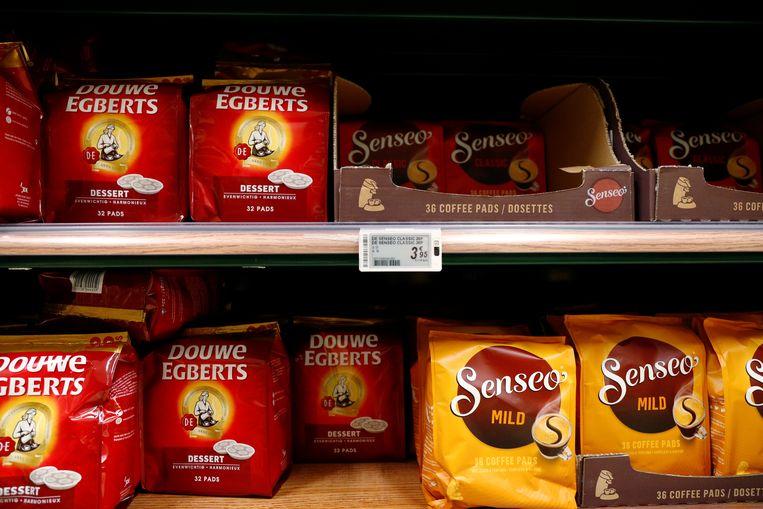 Pakjes koffie van Douwe Egberts en Senseo in een Brusselse supermarkt.