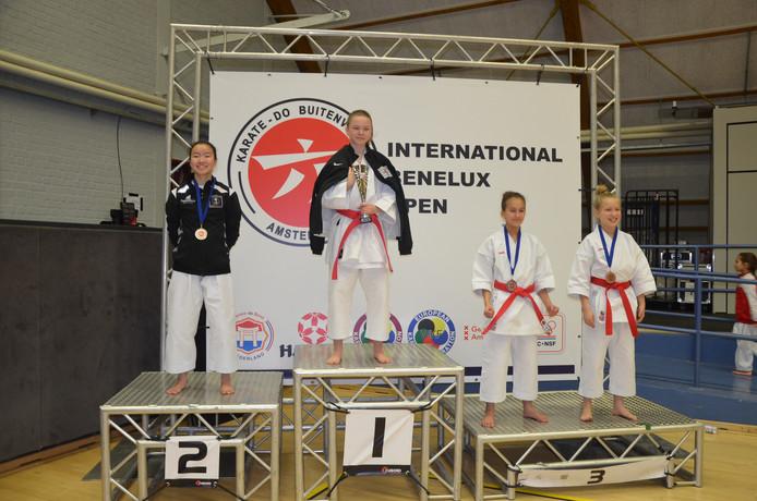 Jinthe Hengstman (links) uit Wierden op het erepodium van het Open Benelux karate in Amsterdam.