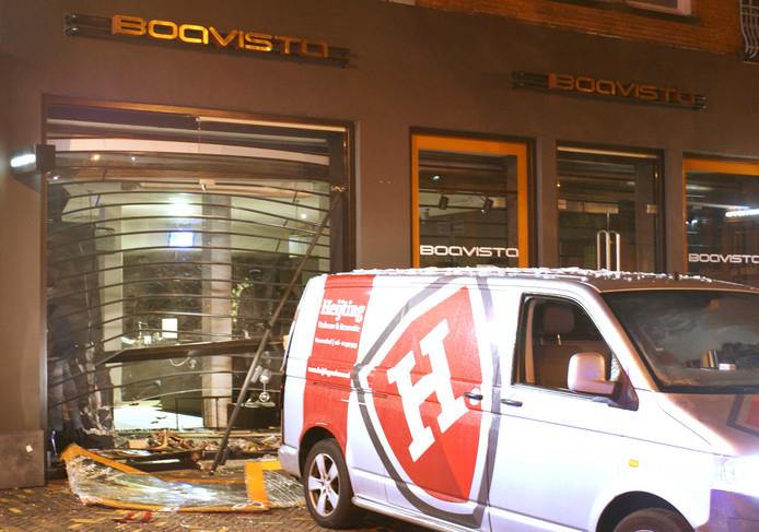 Agenten doen onderzoek bij de gevel van een kledingwinkel van Boavista op de Hoofdstraat, na een ramkraak met een bestelbusje.