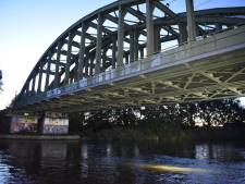 Schip ramt spoorbrug Twentekanaal, treinverkeer ligt stil. 'Stomme fout'