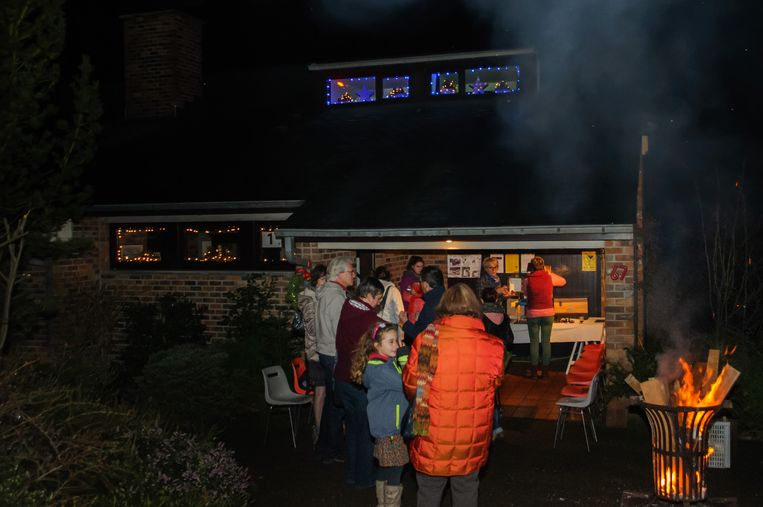 De familie Teugels bracht, zoals het hoort, lichtjes aan aan de ramen en plaatste een vuurkorf, die voor de gezelligheid zorgde.