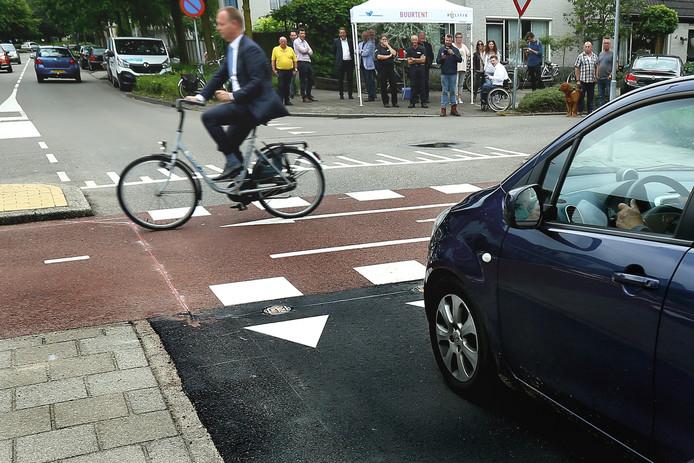 Wethouder Engbert Stroobosscher nam in juni vorig jaar fietsend het detectiesysteem in gebruik.