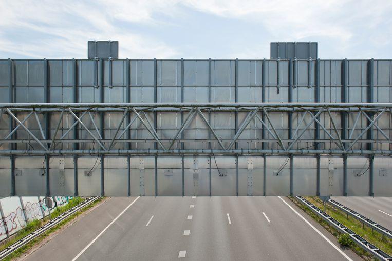 Achterzijde van matrixborden,  vanaf fiets- en looppad over A10, Radioweg, Diemen. Beeld Ko Hage