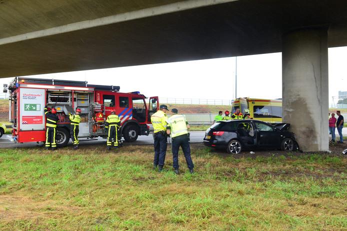 Automobiliste botst tegen pijler van A58.