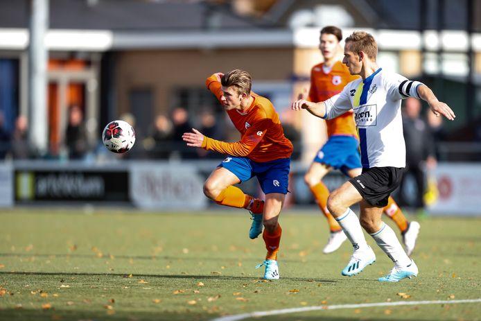 Stijn van Laarhoven wordt achtervolgt door Piet Adams van FC Tilburg