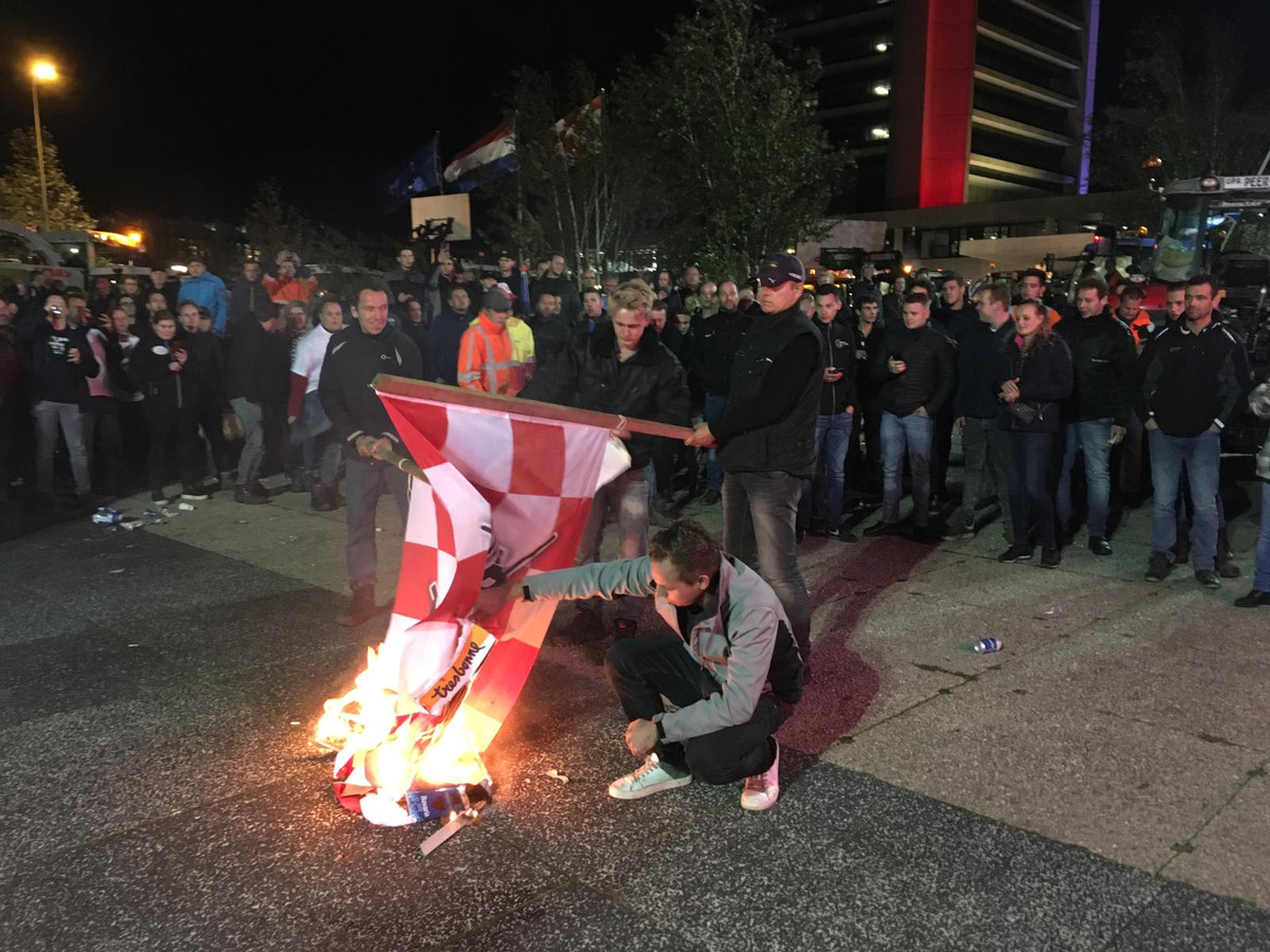 De vlag van trots op Brabant wordt in brand gestoken bij het provinciehuis in Den Bosch