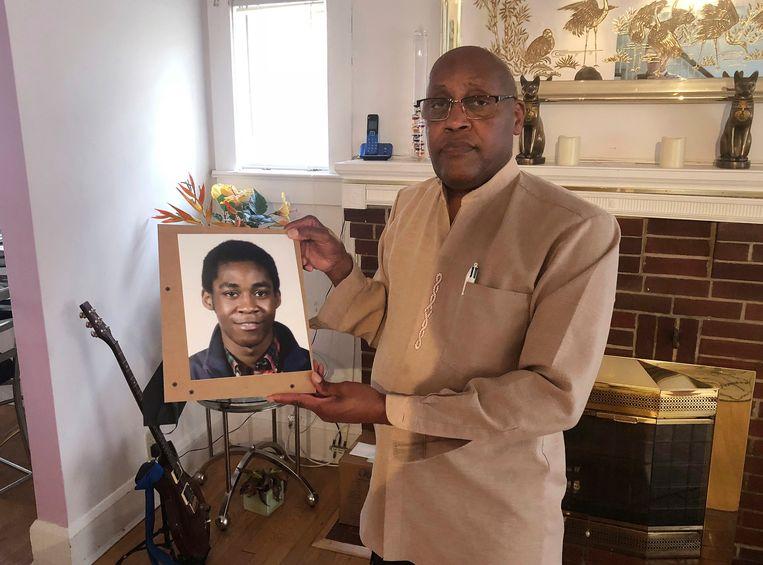 Dia Khafra, vader van Askia, met een foto van zijn overleden zoon. De omstandigheden in het huis waren zo erg dat de jongeman geen kant opkon toen er brand ontstond in de kelder.