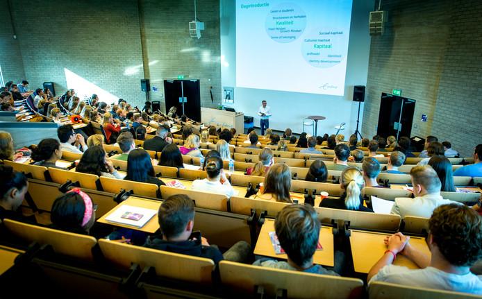 Foto ter illustratie. Studenten volgen een college.