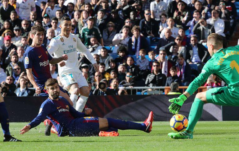 Ter Stegen met een knappe voetreflex op een poging van Ronaldo.
