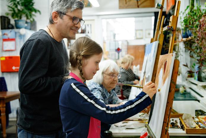David Chichua geeft schildercursussen in de oude Suikerfabriek aan jong en oud. Hier op de voorgrond Bregje, en op de achtergrond Corrie.