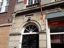 Brok valt van gevel in Westwagenstraat Gorinchem