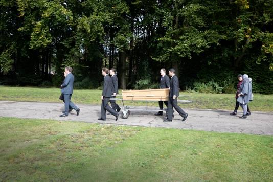 Stadsdichter Amal Karam en wijkverpleegkundige Jamila Sakili begeleiden Houssaine el Guessous naar zijn laatste rustplaats op begraafplaats Vredehof in Nijmegen.