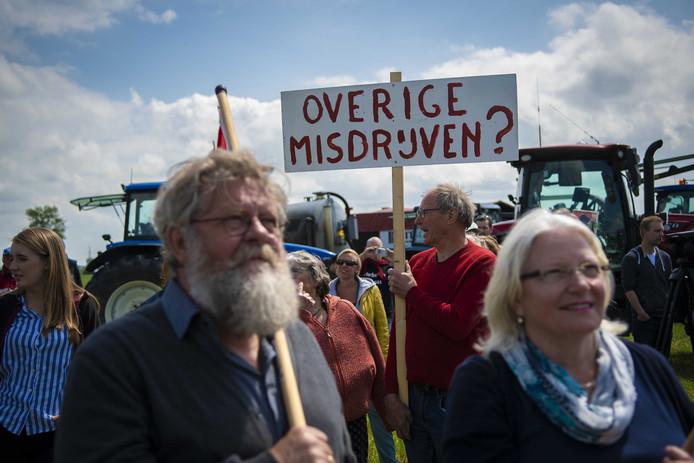 Boeren demonstreren bij Westerwijtwerd en eisen een snellere schadeafhandeling.