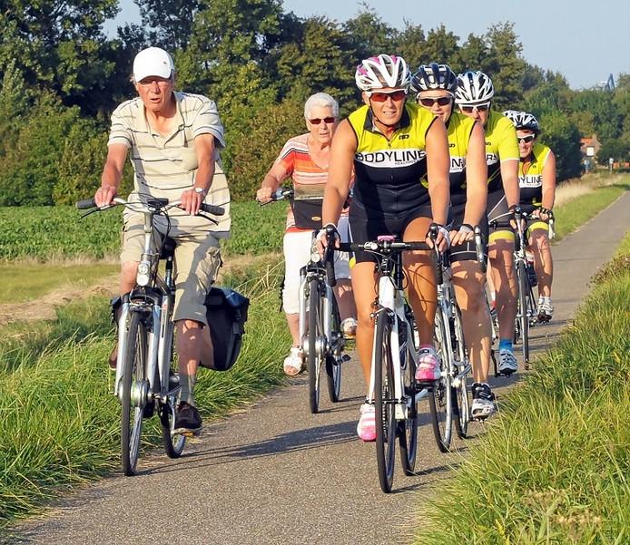 Wielrenners passeren een ouder stel in Terneuzen.