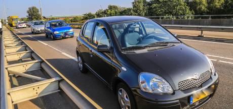Drie auto's botsen op elkaar op Helmondse brug, inzittende raakt gewond