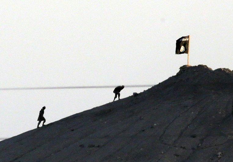 Strijders van IS op een heuvel bij Kobani. (archiefbeeld) Beeld ap