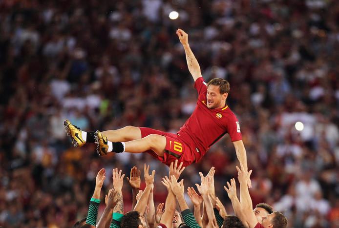 Francesco Totti wordt gejonast bij zijn afscheid.