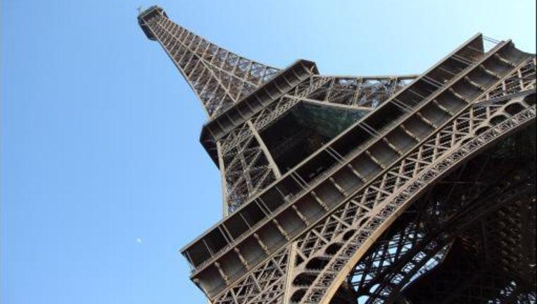 Man Springt Van Eiffeltoren.Braziliaanse 18 Springt Van Eiffeltoren En Stort 60m Lager